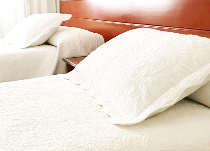 Detalle de las almohadas de una habitación doble en el Hostal La Parrilla (Tudela, Navarra)