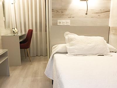 Habitación con una cama en La Parrilla, Tudela